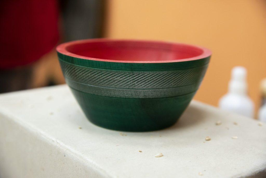 Деревянная тарелка с декорацией текстурирующими резцами