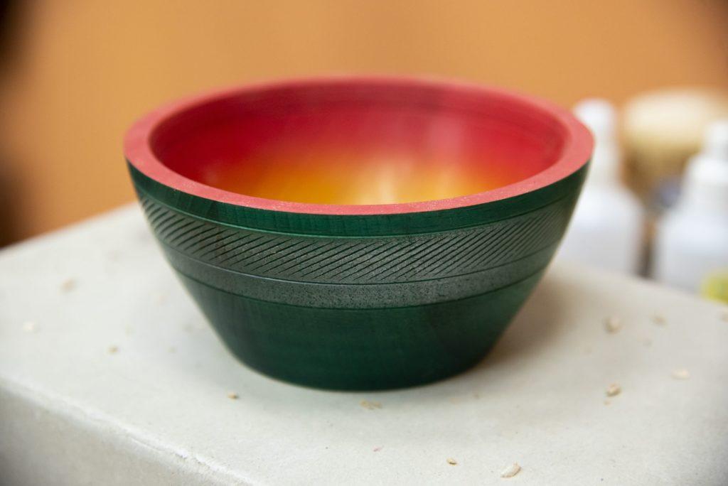 Декорированная и разукрашенная деревянная чаша