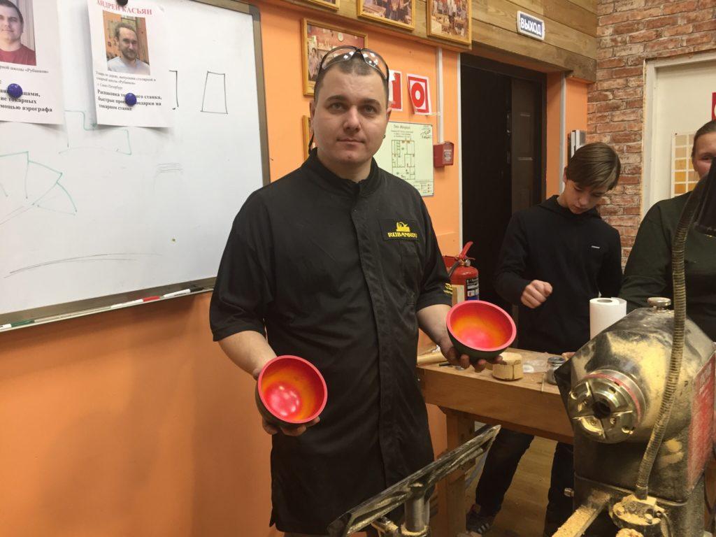 Дмитрий Пушин с токарными изделиями с мастер-класса