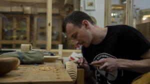 Владимир Сасин декорирует токарное изделие резьбой