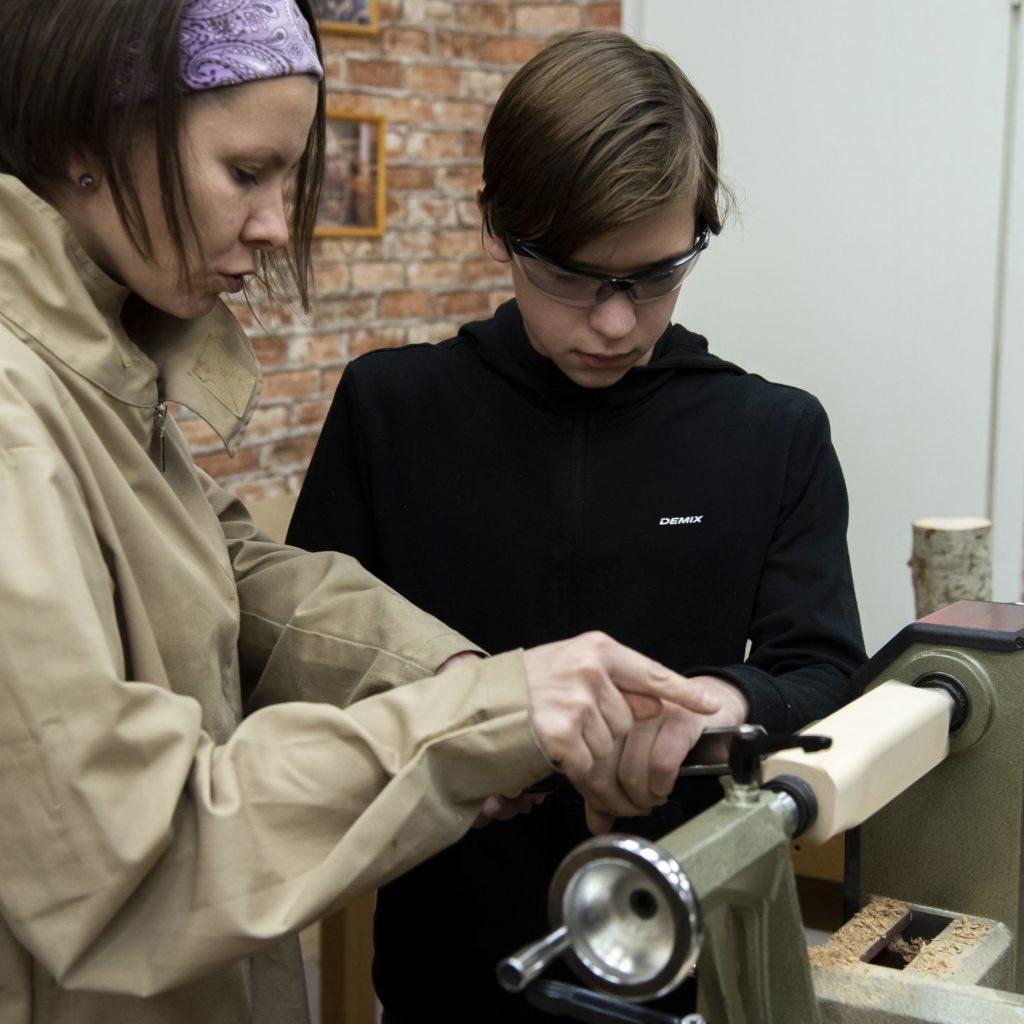 Юля объясняет основы работы токарным рейером