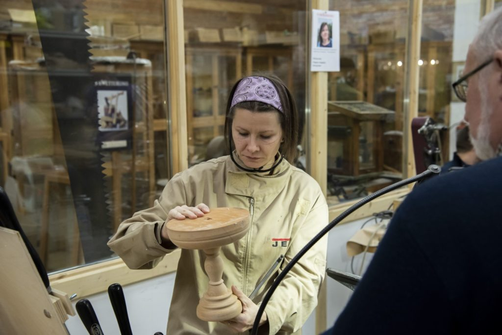 Юлия Зайцева демонстрирует сборную конструкцию - тортницу