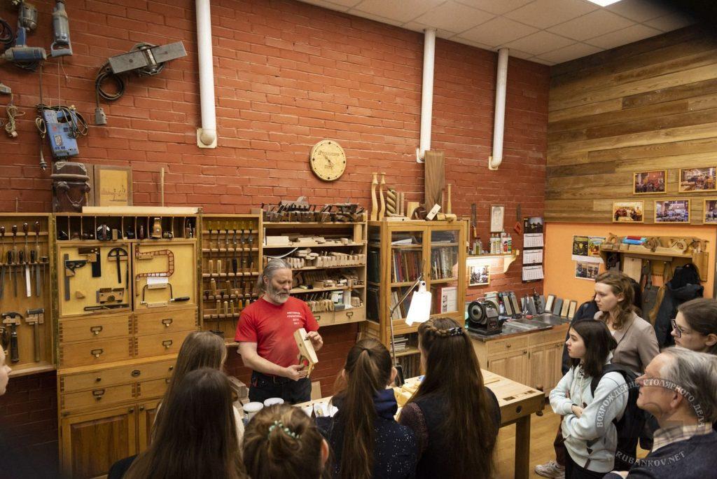Алексей Юрьевич показывает настройку деревянного рубанка